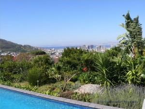 Blick über den Pool nach Kapstadt