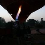Heiße Luft wird in den Ballon geblasen