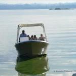 Mit dem Boot geht es zur Insel