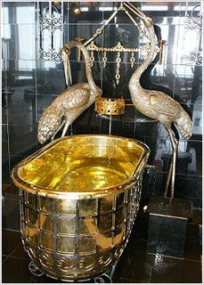 Japan Reise Tipp: Baden in einer Badewanne aus purem Gold in der Region Chiba