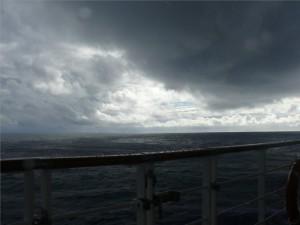 Regen und tief hängende Wolken
