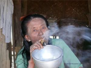 Die Frau raucht eine Cheroot