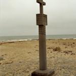 Steinsäule mit Kreuz am Cape Cross