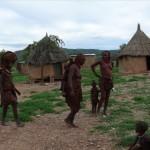 Himba Frauen kommen von der Feldarbeit zurück