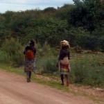 Zwei Tjimba Frauen mit ihren Babys