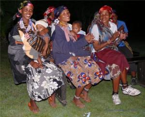 Buschmannfrauen singen für uns