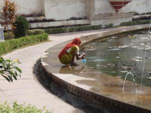 Gärtnerin im Sahelion-Ki-Bari Park