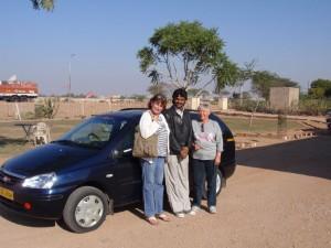 wir drei mit unserem Auto