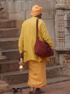 Mönch auf dem Weg in den Krishna Tempel