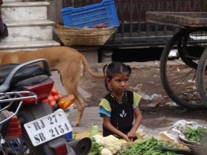 junge Gemüseverkäuferin