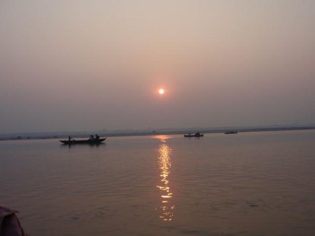 Indien Ferienerlebnisse- mit dem Boot auf dem heiligen Fluss Ganges in Varanasi