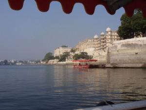 Bootsfahrt mit Blick auf den Stadtpalast