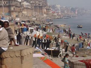 Wäsche waschen am Gangesufer