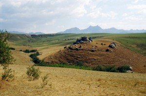 Weites Grasland mit Drakensberge