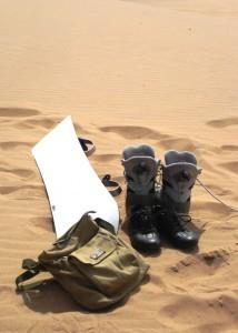 ein Sandboard und ein paar Stiefel sowie Helm und Schützer reichen für den perfekten Spaß in der Namib-Wüste.