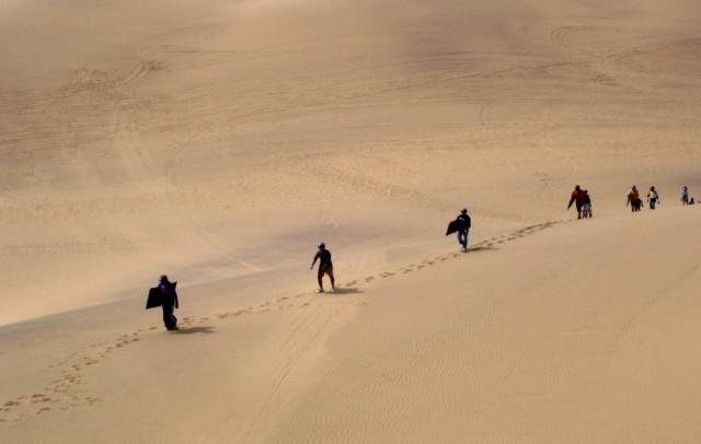 Der Aufstieg gehört zum Sandboarding - denn anders als in Skigebieten in den Alpen gibt es in der Namib-Wüste gibt es keine Schlepplifte.