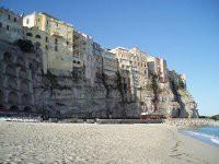 Die charakteristische Altstadt von Tropea auf einem Sandsteinfelsen thronend