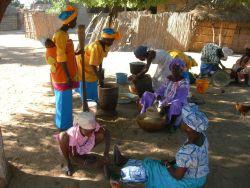 Frauen im Dorf Lompoul
