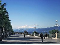Dei Strandpromenade in Reggio Calabria mit Blick auf den Vulkan Ätna in Sizilien