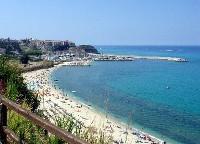 Der schöne Sandstrand von Parghelia mit Tropea im Hintergrund
