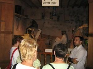 Unser Deutsch sprechender, örtlicher Reiseleiter erzählt uns von der arabischen Kaffee-Traddition