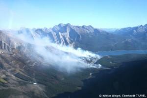 Helikopter Rundflug über die Rocky Mountains - ein Waldbrand unter uns