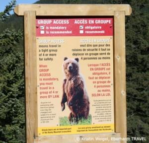 Grizzlybär Warnung an einem Wanderweg am Lake Moraine