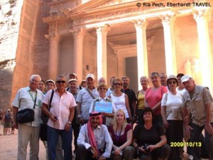 Unsere Reisegruppe vor dem Schatzhaus der Felsenstadt Petra