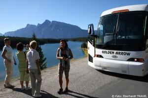 In den Rocky Mountains - Elisabeth unsere Reiseleiterin und unser Bus