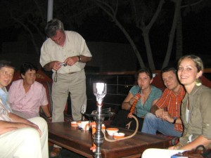 Meine Reisegäste und ich beim Shisha-Rauchen am Dubai Creek