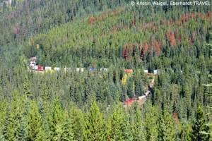 Der Zug fährt oben in den Berg hinein – die Lok kommt unten aus dem Spiraltunnel