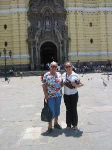 Karina und Edith vor dem Kloster
