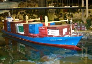 """Miniatur-Wunderland in Hamburg - Ein """"großes"""" Mini-Container-Schiff schippert vor Skandinavien"""