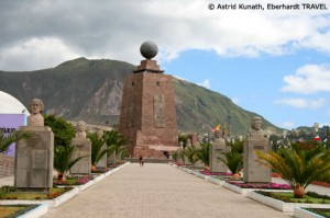Am Äquatordenkmal in der Nähe von Quito