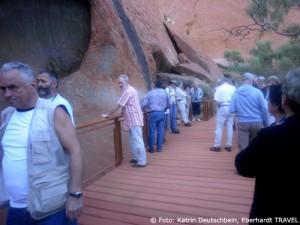 Am frühen Morgen spazierten wir am Ayers Rock entlang und bestaunten die interessanten Felszeichnungen der Aborigines