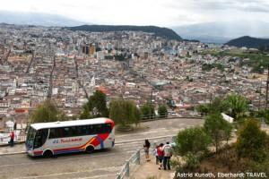 Unser Reisebus am Aussichtspunkt Panecillo mit Blick auf Quito