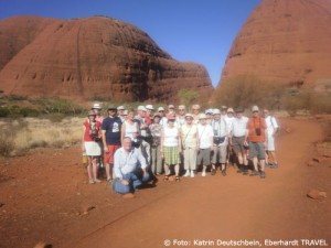 Unsere Reisegruppe vor den Olgas im Outback Australiens