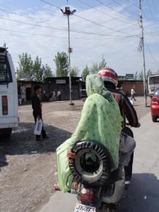 mit dem Moped durch Srinagar