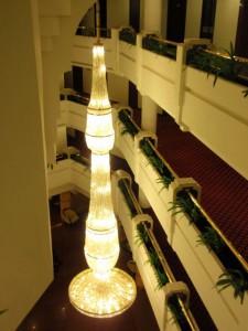 Blick hinab in die Eingangshalles des Hotels