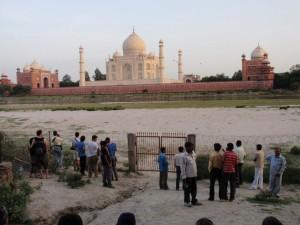 Blick auf das Taj Mahal vom Flussufer des Yamuna