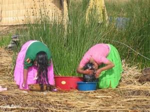 Haarwäsche am Titicacasee