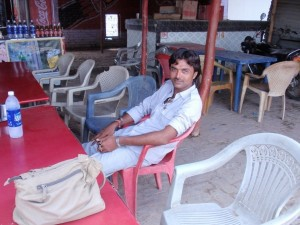 Teepause mit Prakash auf dem Weg nach Dehli