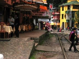 Die Bahnlinie führt direkt durch den Ort