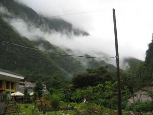 tief hängende Wolken im Tal des Urubamba