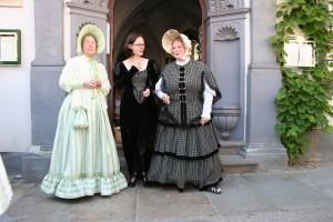 diese Damen in historischem Gewand führen durch Meissen