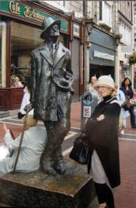Die Autorin mit James Joyce in Dublin