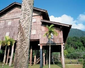 Traditionelles Langhaus Borneo