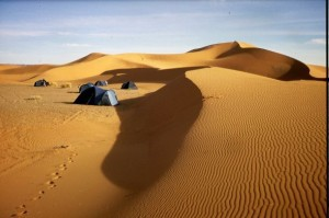 So macht Zelten beim Kamel-Trekking durch die Sahara Spass