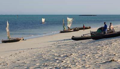 Vezo-Boote am Strand von Salary © A. Gutierrez