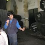 Ein Weineinschenker zeigt die Kunst des Sherry-Einschenkens